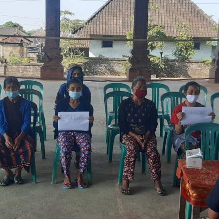 Penyerahan BLT Tahap II di Desa Abuan